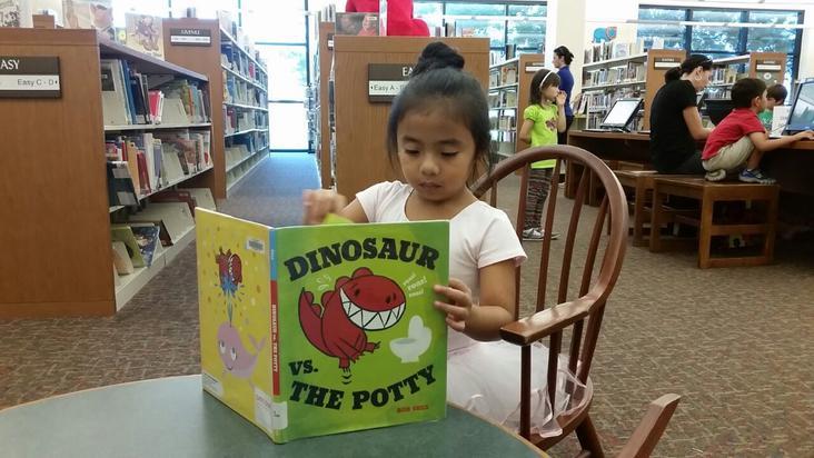 niña-libro-biblioteca