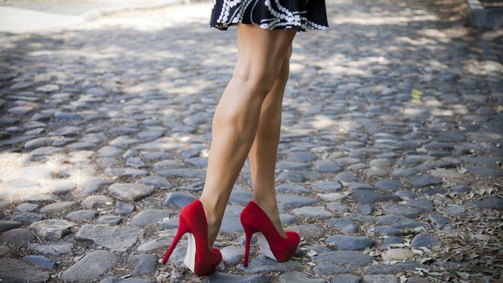 zapatillas-tacones-falda-piernas