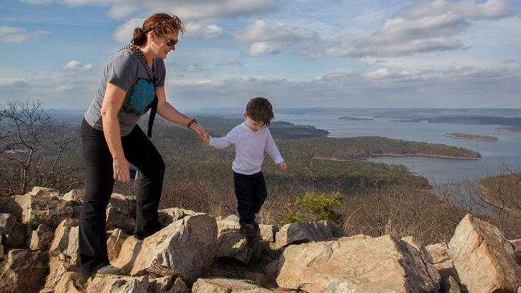 mamá-hijo-montaña-paseo-vacaiones