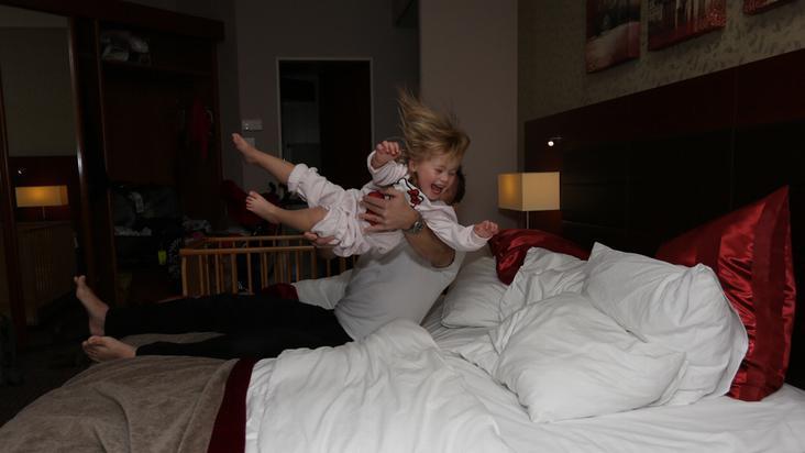 cama-niños-jugando