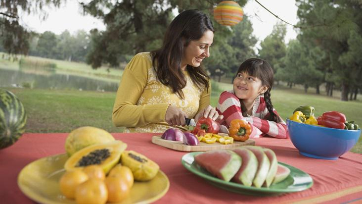 niña-mamá-fruta