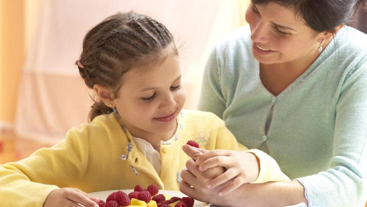 niña-comiendo-fruta