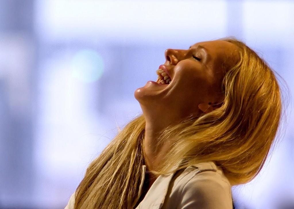 mujer-riendo