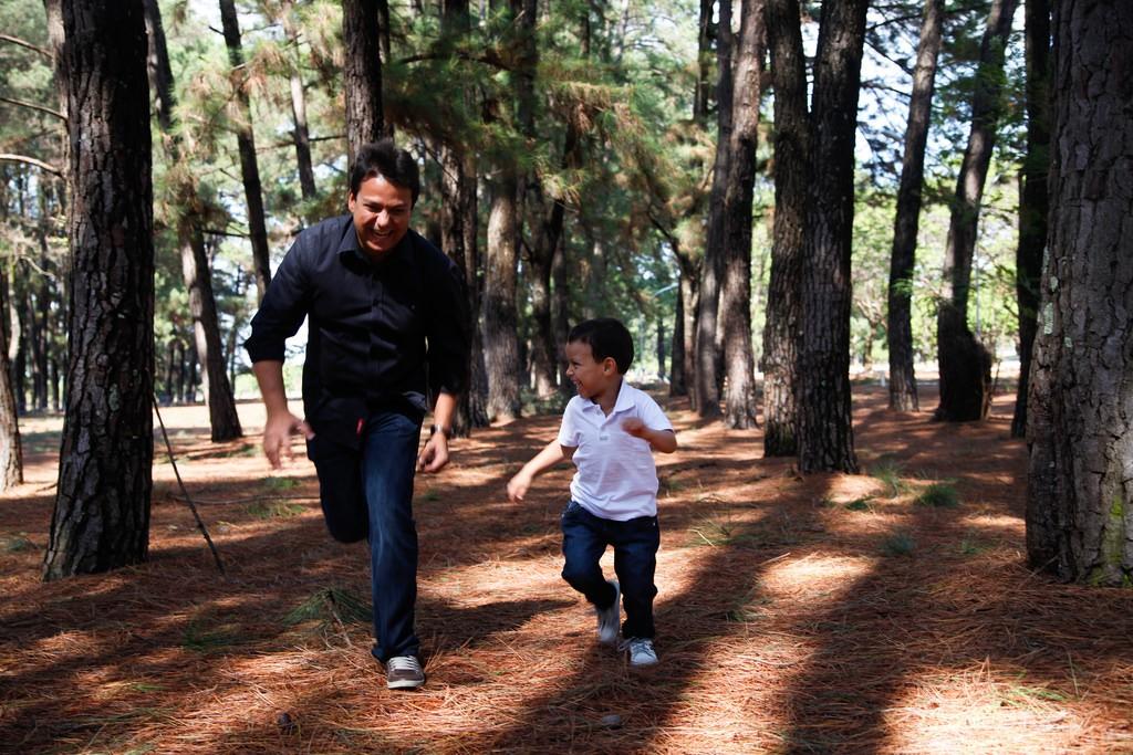 papá-hijo-bosque