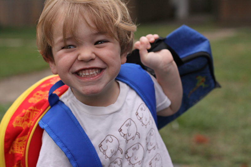 niño-colegio-mochila