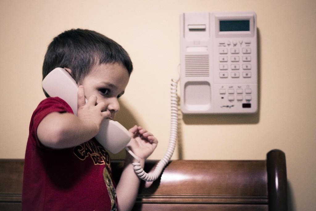 niño-teléfono