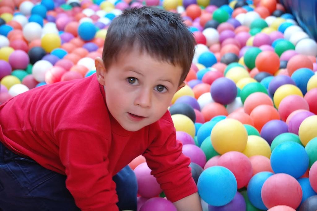 bebé-pelotas-juego
