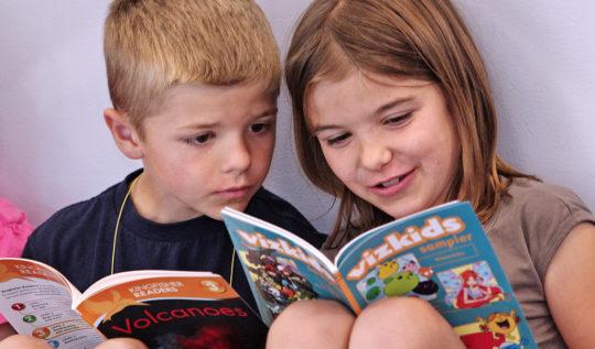 hermanos-libros-leyendo-divertidos