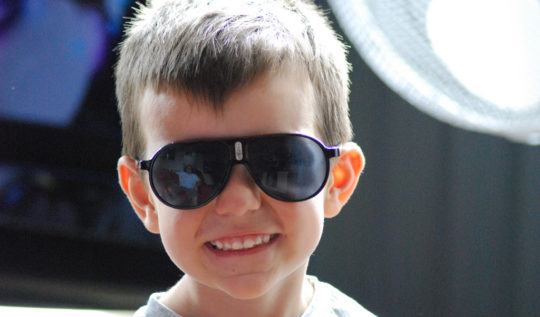 hijo-niño-lentes-feliz