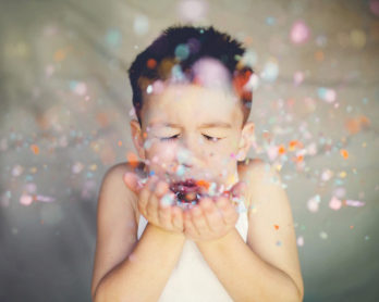niño-confeti-fiesta