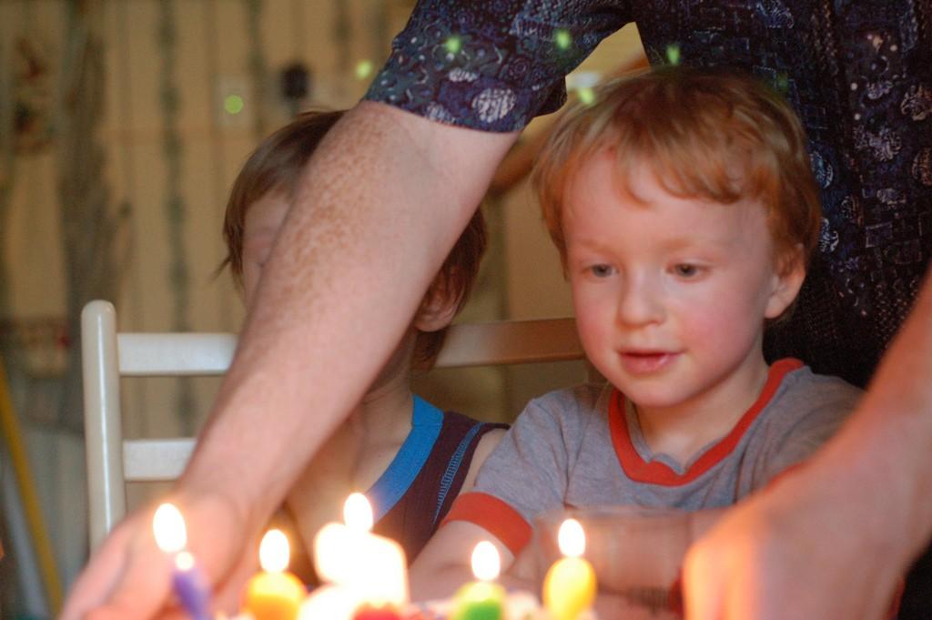 niño-pastel-cumpleaños-fiesta