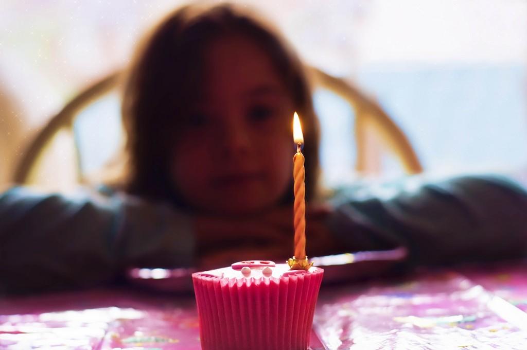 cumpleaños-pastel-niña-vela