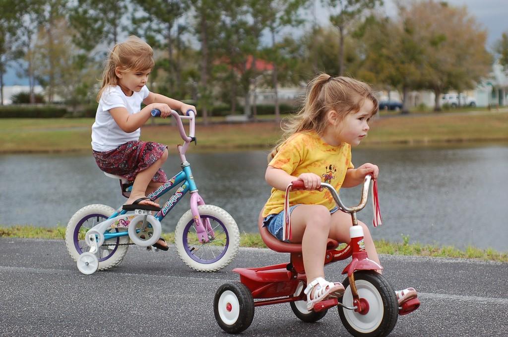 niñas-bicicletas-parque-vacaciones