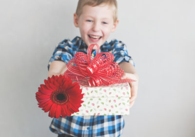 niño-regalo-flores