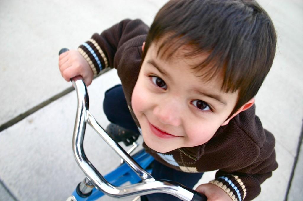 niño-triciclo-jugando
