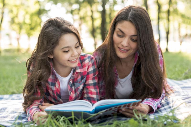 madre-hija-leyendo-parque